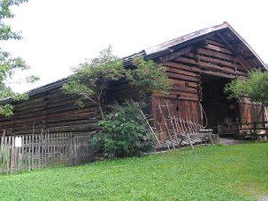 Stadel, links davon der Bauerngarten; Luggi Auer